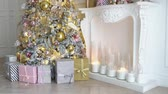 caixa de presente : White room interior with New Year tree decorated, present boxes and fireplace