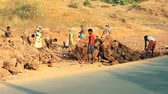 esclave : Goa, India – February 25, 2016: Unidentified people construction road in India Vidéos Libres De Droits