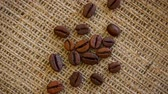 döndürme : Natural brown roasted coffee beans on burlap texture. Seamless loop rotating background. Stok Video
