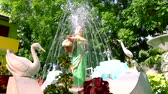fondo jardin : water fountain in garden and closeup nature background. Archivo de Video