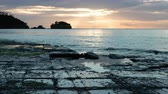 característica : Tessellated Pavement in Eaglehawk Neck, Tasmania at Sunset (zoom out)