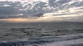 linha do horizonte : Clouds over a Sea at Sunset (time lapsepanning)
