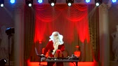 DJ Santa Claus mengen wat kerstfeest. Stockvideo