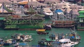 aberdeen : HONG KONG - OCT 27, 2017: Wooden boat passes by historical floating village, community living on traditional junks or ancient Chinese sailboats and Jumbo restaurant. Aberdeen harbor, Hong Kong.