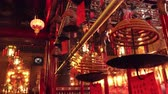 santuário : HONG KONG - OCT 31, 2017: Beautiful interior of Man Mo Taoist Temple decorated with handing lanterns and smoldering incense burners. Gorgeous sanctuary, traditional religious place of worship.