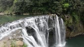 Pingxi in Taipei Shifen waterfall. The total height is 20 meters fall and 40 meters in width making it the broadest waterfall in Taiwan. Vídeos
