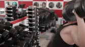 difícil : Man builds up muscles lifting a dumbbell in the gym Vídeos