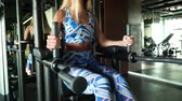 spor salonu : Young strong woman with perfect fitness body in sportswear exercising abdominals in gym