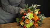 makas : Florist prepares a bouquet of flowers for sale Stok Video