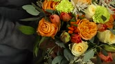 atölye : Florist prepares a bouquet of flowers for sale Stok Video