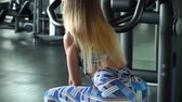 бицепс : Sporty girl lifts weight in the gym Стоковые видеозаписи