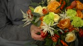 műhely : Florist prepares a bouquet of flowers for sale Stock mozgókép