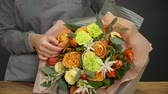 nożyczki : Florist prepares a bouquet of flowers for sale Wideo
