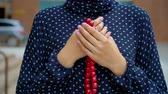 rosário : Muslim woman praying with islamic beads in hand, religious meditation, worship