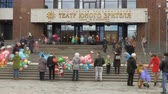 Time-lapse recording. The audience, parents and children out of the theater after the show. At the entrance. Theater of the young spectator. Russia, Saratov, March 26, 2017 Stok Video