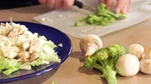 食物 : Preparing dinner salad cutting lettuce and fresh vegetables with a knife