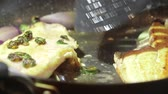 přípravě : Fish fillet cooking in oil on stovetop frying pan Dostupné videozáznamy
