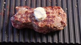 масло : Grilling steak with a piece of melting butter