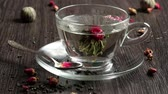 pires : Green tea ball dropdown into glass cup