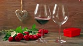 Валентин : Valentines days arrangements with red roses and two wine glasses over gray background