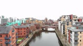 разрыв : 4k Aerial footage taken of Leeds city centre going down the canal, on a cloudy day taken with a drone, Leeds is a city in West Yorkshire in the Northern part of the UK Стоковые видеозаписи