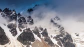 mist : Time lapse clip. Alpenweiden met dramatische hemel aan de voet van Mt. Ushba. Upper Svaneti, Georgië, Europa. Bergen van de Kaukasus. Beauty wereld. HD-video (High Definition)