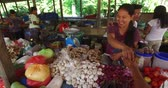 торговля : El NIDO, PHILIPPINES - FEB. 4: Village Asian market for the sale of fruit and vegetables El Nido FEB. 4, 2016 in El Nido Philippines. Стоковые видеозаписи
