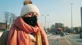car : Young woman wearing protective mask in the city street, smog and air pollution during winter Wideo