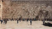 minare : JERUSALEM, ISRAEL - MARCH 19, 2017: View on the Wailing Wall, orthodox religious Jews and tourists in Old City of Jerusalem, Israel