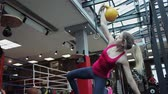 sportovkyně : Kettlebell fitness, young female athlete doing strength exercises in the gym