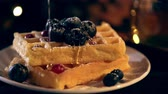 yabanmersini : selective focus of viscous honey dripping on Belgian waffles with blueberries Stok Video