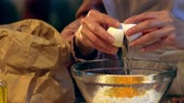 farinha : egg in glass bowl with flour
