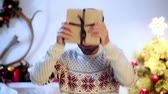 atlamacı : Slow-motion of happy man holding gift Stok Video