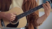 ミュージシャン : cropped view of musician playing acoustic guitar