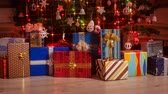 envolto : Gifts appearing under the christmas tree with twinkling lights - stop motion animation Vídeos