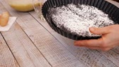 покрытие : Woman hands preparing the baking pan to make a cake, coating it with flour on oil - close-up, camera slide, slow motion Стоковые видеозаписи