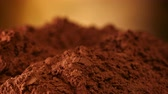 döndürmek : Cocoa powder heap rotate in front of camera - close up