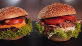 чеддер : Three hamburger variety - appetizing beef, pulled pork and chicken sandwich in a row with delicious ingredients - camera slide in front Стоковые видеозаписи