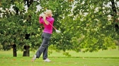 golfe : Young female golf player hitting the ball Vídeos