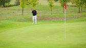 Young male golf player hitting the ball Vidéos Libres De Droits
