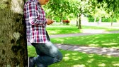 discagem : Young student using his smartphone outside on college campus Vídeos