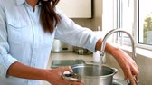 torneira : Woman filling pot with water in slow motion