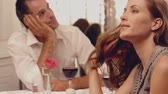aborrecido : Couple having a bad date in slow motion