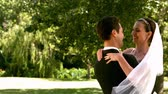 começo : Happy newlywed couple in the park in slow motion