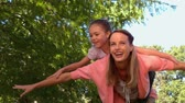 высокоскоростной : Mother and daughter playing in the park in slow motion