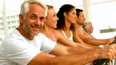 homens : Happy spinning class in fitness studio in slow motion