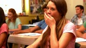 entediado : Student yawning in classroom in slow motion