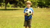 pontapé : Little boy playing football at home in the garden