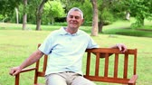 пенсионер : Retired man relaxing on a park bench on a sunny day