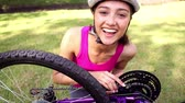 велосипед : Fit girl fixing the chain on her bike on a sunny day